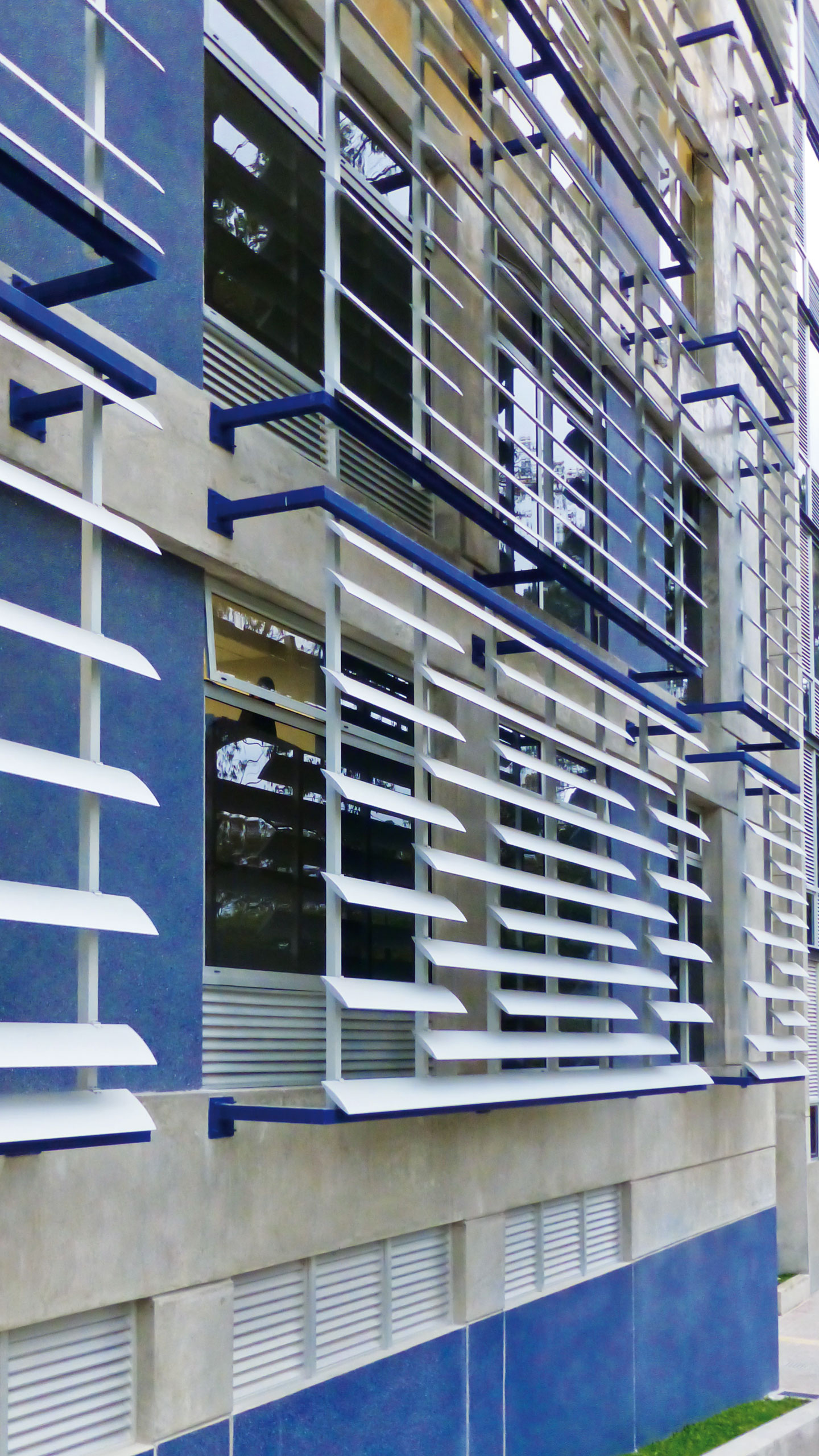 Installation of louvers O-210 for the protection of a university library in Costa Rica